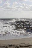 碰撞入在小游艇船坞二马萨,意大利的岩石的波浪 免版税库存图片