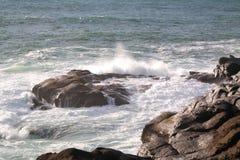 碰撞入岩石的波浪长的曝光  免版税图库摄影