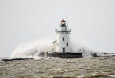 碰撞入灯塔的波浪 库存照片
