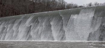 碰撞入石地板的五颜六色的瀑布 库存照片