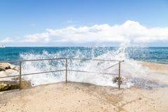 碰撞反对在PoreÄ ,克罗地亚的步的波浪 图库摄影