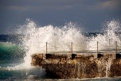 碰撞反对室外水池的强有力的惊人的波浪 库存照片