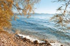 碰撞反对小卵石岸的波浪 图库摄影