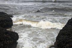 碰撞反对岸的波浪 免版税库存图片