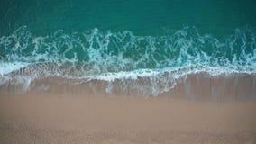 碰撞反对沙滩的蓝色波浪顶视图  股票录像