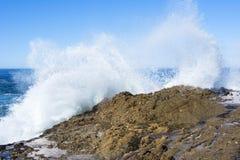 碰撞反对礁石的波浪 免版税库存图片