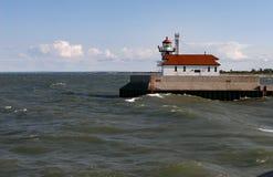 碰撞反对苏必利尔湖灯塔码头的波浪 免版税库存照片