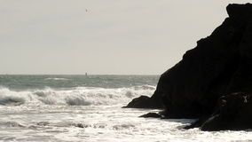 碰撞反对陆岬马林加利福尼亚的海浪 股票视频