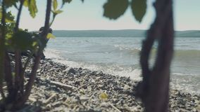 碰撞在一个多岩石的海滩的波浪 股票录像
