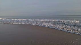 碰撞在一个沙滩的波浪 影视素材