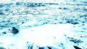 碰撞在与泡沫的海滩的波浪 股票视频