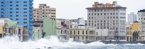 碰撞在哈瓦那,古巴Malecon墙壁上的波浪  库存图片