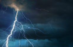 碰撞在夏天风暴期间的叉状闪电 免版税库存图片