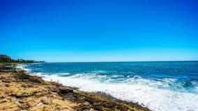 碰撞在奥阿胡岛海岛的西海岸的岩石海岸线的上太平洋的波浪  免版税库存照片