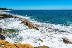 碰撞在奥阿胡岛海岛的西海岸的岩石海岸线的上太平洋的波浪  库存图片