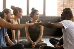 碰撞在小组trainin的非裔美国人和白种人人拳头 库存图片