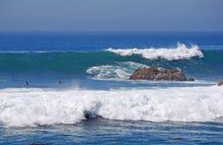 碰撞在岩石堆的巨型波浪在拉古纳海滩,加利福尼亚 免版税库存照片