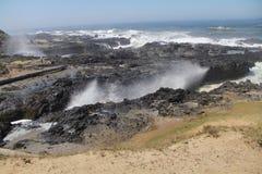 碰撞在岩石岸之间的海浪 免版税库存图片