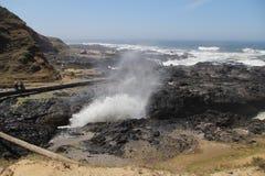 碰撞在岩石岸之间的海浪 免版税库存照片