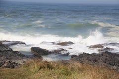 碰撞在岩石岸的海浪 免版税库存照片