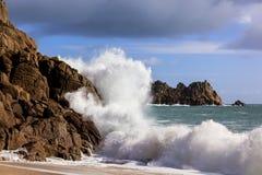 碰撞在岩石康沃尔郡英国的波浪 免版税库存照片