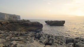 碰撞在岩石海岸的波浪 影视素材