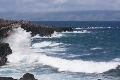 碰撞在岩石海岸线的海浪 免版税库存图片