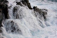 碰撞在岩石海岸线的海浪 免版税库存照片