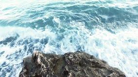 碰撞在岩石海岸pov的海波浪 蓝色海洋碎波 股票录像