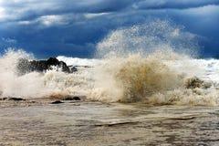 碰撞在岩石的大波浪在岸附近 免版税库存图片