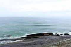 碰撞在岩石的大西洋和波浪的看法 免版税库存图片
