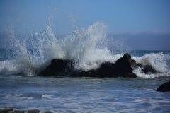 碰撞在岩石的强有力的水在加利福尼亚 免版税图库摄影
