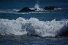 碰撞在岩石的惊人波浪在加利福尼亚 库存照片