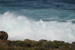 碰撞在岩石的波浪在海角Leeuwin 库存图片