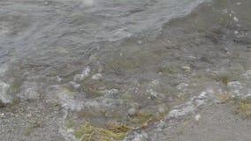 碰撞在岩石的波浪 影视素材