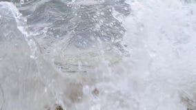 碰撞在岩石的波浪 股票视频