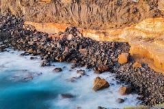 碰撞在岩石的海和波浪的看法 免版税库存图片