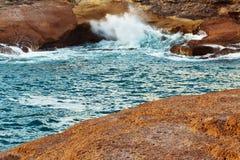 碰撞在岩石的海和波浪的看法 免版税图库摄影