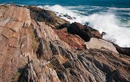 碰撞在岩石缅因海岸的波浪 库存图片