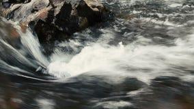 碰撞在岩石背景的快速流动的河 影视素材