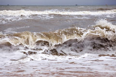 碰撞在岸上的海波浪 免版税库存图片