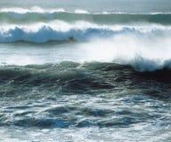 碰撞在岸的波浪 免版税库存照片