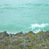 碰撞在峭壁的波浪 库存照片