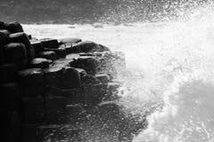碰撞在巨人堤道的波浪 库存照片