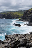 碰撞在毛伊海岸的风雨如磐的波浪 免版税图库摄影