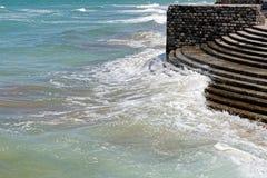 碰撞在江边的波浪 库存图片