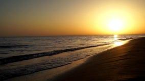 碰撞在沙子海滩海洋的令人满意慢镇静波浪支持在可爱的温暖的晚上橙色日落海景的海岸线 股票视频