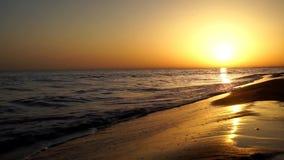 碰撞在沙子海滩海洋的慢令人满意镇静波浪支持在惊人的温暖的晚上橙色日落海景的海岸线 影视素材