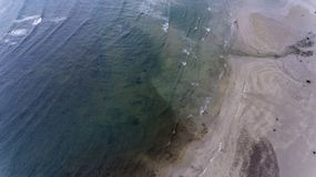 碰撞在沙滩的小波浪 库存图片