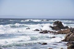 碰撞在沿17英里驱动加利福尼亚的岩石的波浪 免版税图库摄影